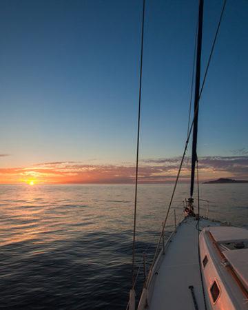 Zonsondergang in een zeilboot